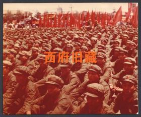 少见文革时期的彩色老照片,1976年昆明广场上庆祝五一六通知发布十周年,军人方阵