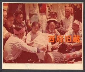 少见文革时期的彩色老照片,1976年昆明庆祝五一六通知发布十周年,少数民族群众
