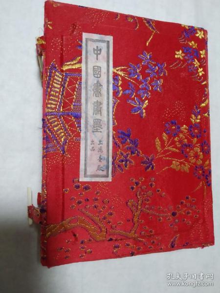 90初上海墨厂盒装油烟101共四两,通体贴金,绚烂夺目。当时用胶仍为皮胶,历二十多年陈化。