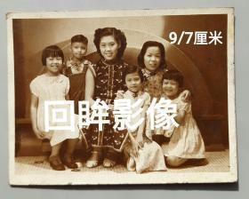 民国旗袍女子与孩童