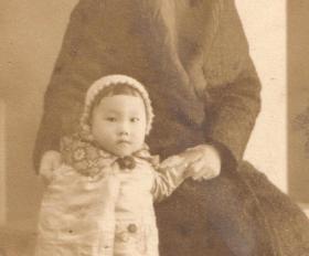 民国老照片,1941年西安竹笆市南街西安i庐真摄影社,合影照