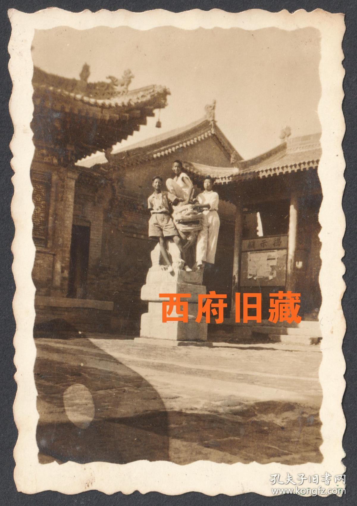 民国老照片,石头狮子上同学合影老照片