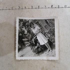 白连衣裙美女背太阳帽像(项链漂亮,手表,花)