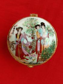 清香幽色精美胭粉盒(陶瓷)工笔彩绘仕女图、釉上彩、三足、盖内有原装圆镜。