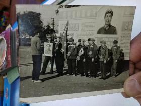 《胸戴毛主席像章手捧毛泽东红宝书的老照片》   背着书包革命游行串联的旅大延安造反团