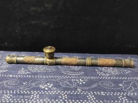 黄铜老烟枪,包浆厚重。皮壳老辣,磨损自然。