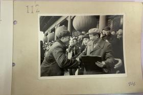 齐观山摄  北京公私合营商业代表向毛主席献报喜信
