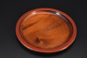 (乙3998)大尺寸《日本传统工艺漆器》圆盘一件 天然木木胎漆器 无异味 制作精美 尺寸:29*29*3cm 重:0.4千克 公元前二百多年中国的漆艺就开始流传到日本,由于地理环境相似,日本也组织起了漆器生产,形成了日本独特的漆器风格。