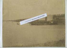 清代江苏苏州的大运河和苏州城城墙大幅蛋白照片,画面宁静而美好,一百三十年前的古苏州。运河上的船为官船,有身着号坎的清军士兵