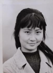 诗人北岛前妻,著名画家,中国美术家协会会员,北京画院著名女画家邵飞,七十年代签名照片1张