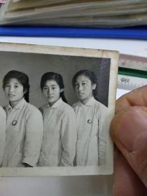 《胸戴毛主席像章的美女合影文革老照片》
