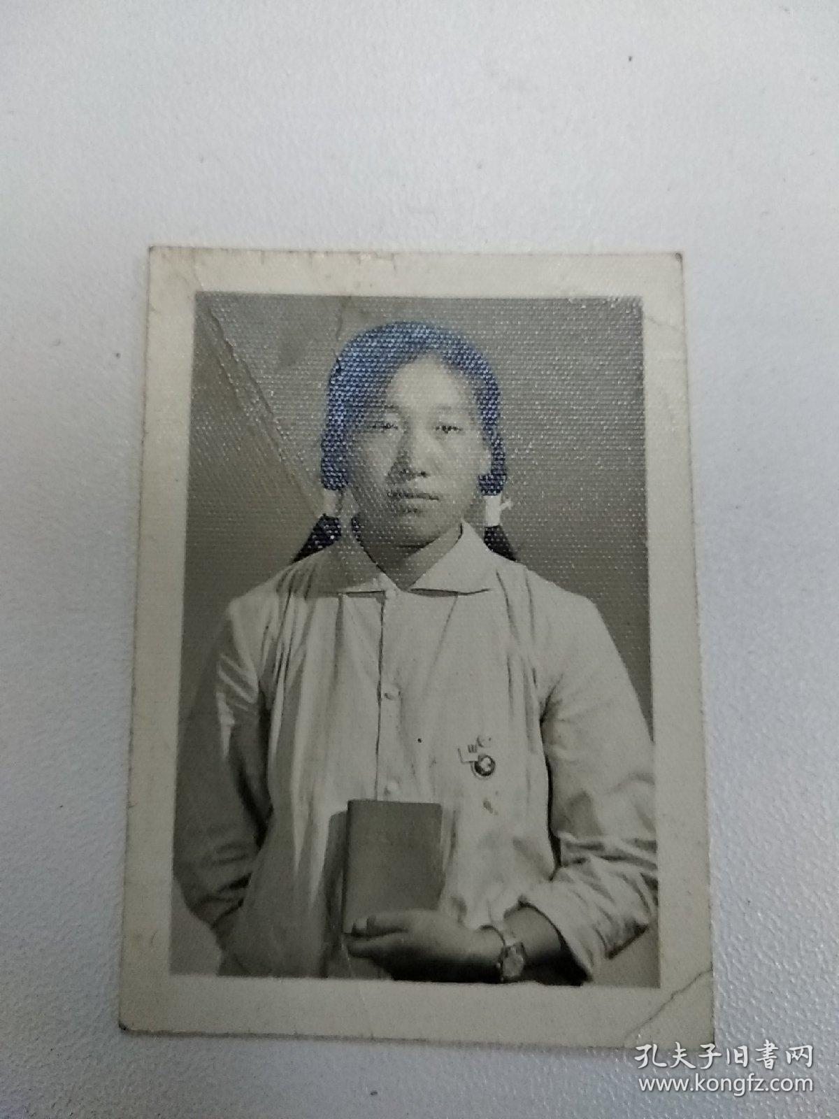 《胸戴毛主席像章手捧红宝书的美女文革老照片》