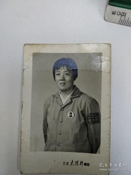 《胸戴毛主席像章的美女宣传员文革老照片》