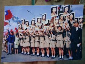 """1971年台湾岛当局庆祝""""双十节""""辛亥革命胜利六十周年游行阅兵活动照片,童子军持蒋介石画像队伍!(买家自鉴)"""