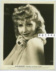 1942年美国好莱坞华纳兄弟电影公司巨星,漂亮女明星女影星朱莉·毕晓普Julie Bishop,黑白银盐肖像照片一张。1914年出生。