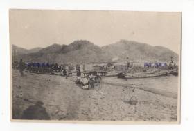 1914年日德战争前后,山东青岛,河岸的船只和人。