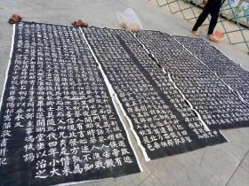 唐平淮西碑,高约2.65米,宽约95厘米,是三代帝师祁寯藻书并记,韩愈撰文,是为裴家后人乃至中华民族留下的最大的一套传世杰作,碑是别指望收藏了,只能梦寐以求的收藏一套拓片了有这么一个历史上人口从没有超过千数来人的小山村,先后出过59位宰相。在唐朝的289年当中,平均每隔17年就从这里走出一位宰相。创造了中华文明的一大奇观。这,