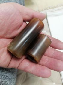清代晋商遗物一一老玉或玛瑙烟嘴两个。兄弟俩长6.6+3.7,直径2.6+2.3
