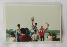 老照片:绍兴籍奥运冠军手举鲜花