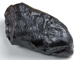 陨石原石,特大神秘陨石,极为罕见黑乌金紫黑陨石原石,特大块头14斤重,石质细腻坚硬,色泽油润,石型完整,气印熔流明显。雕刻、切割等可以,可遇不可求值得永久收藏