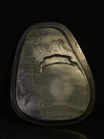旧藏老坑歙砚 山水美景 木盒砚,石料上乘随形而琢,石质细腻发墨益毫,天然石品水波纹、金星清晰美观,动感强,薄浮雕纹饰精美,刀工细腻,带原装实木盒,收藏实用珍品。尺寸:16.5/13.5/2.5cm,木盒尺寸:18.5/15.5/4cm。
