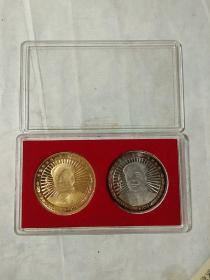 毛泽东诞辰一百二十周年镀金镀银纪念章两枚。