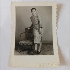 五十年代清华照相馆拍摄《依靠在沙发边的旗袍美女》原版黑白照片1枚