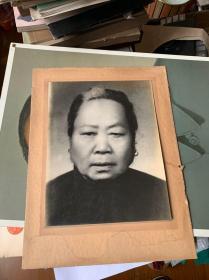 民国老人照片,有衬底,照片规格27×21厘米,有磨损,见图