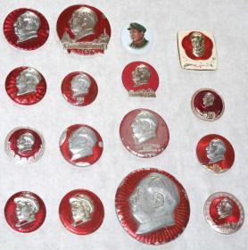 《文革时期●毛主席像章16枚》(其中一枚是景德镇陶瓷主席带帽军装像章,保真).。