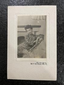上海百乐门头牌舞女、著名影星!附上海九龙照相衬板明星胡枫《旗袍装》良友影迷社原版老照片!品相如图所示、尺寸7.5/10.5Cm、衬板尺寸18/12Cm清晰逼真!