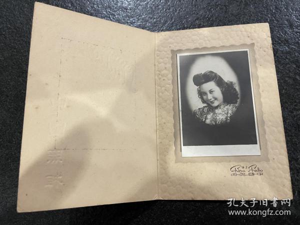 民国银盐老照片:附中国照相折叠式衬板明星李丽华《笑盈盈》良友影迷社原版老照片!品相如图所示、尺寸7.5/10.5Cm、衬板17/12Cm、清晰逼真!稀罕