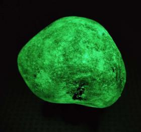夜光石原石,夜明珠原石,纯天然顶级夜光石,极品夜光石原石,原汁原味,光芒四射,形状好看,色彩独特,包浆浑厚,温润细腻,极为罕见可遇不可求值得永久收藏