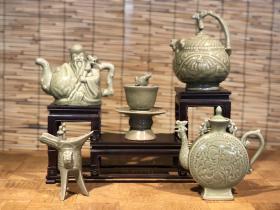 旧藏龙泉窑酒壶一套,瓷质细腻,釉水肥厚,很难得能凑齐一套,保存非常完整