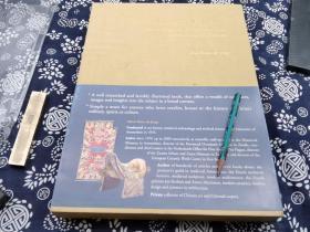 英文原版 飞龙骏马 中国广泛地区的鞍毯和马具》作者是中国艺术品及东方地毯收藏家。这是目前为止我能见到的最具世界眼光的外国藏家,保留了骑马文化的大家。这个书是荷兰汉学家,收藏家koos de jong,毕业于阿姆斯特丹中世纪艺术考古专业,中国艺术品及东方古毯收藏家。 收录:本