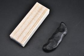 (丁2502)日本购回 纯手工制作《にぎり墨》原木盒一件 未使用 造形独特 手握形状 墨条上指纹明显 书道用 墨条四面及上下两端均无文字、图案 尺寸约:8.3*2.5*1.3CM 重:29.2克 墨条 墨块 文房四宝 墨锭 文房四宝之一 书道 绘画用 。