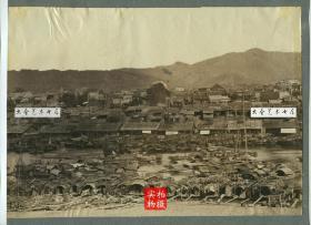 清代广西梧州桂江两岸江景民居全景蛋白照片,大约1890年代左右,28.1X20厘米,华芳照相馆的第179号作品,关于广西梧州最早的影像之一,也是阿芳较为罕见的早期作品。