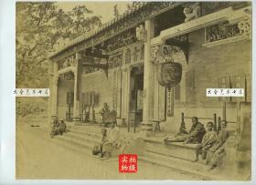 清代摄影师赖阿芳于1870年代早期拍摄香港天后古庙蛋白老照片一张,是他的代表作之一。天后宫位于港岛铜锣湾,始建于十八世纪,是香港法定古迹,至今香火仍然非常旺盛。27.3X20.8厘米。天后宫,肃静回避,污秽勿近,天上圣母,澜静波平,门前还有算命算卦的先生。