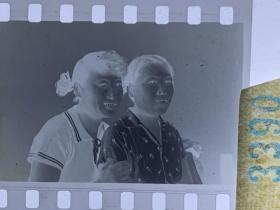 3390 年代老照片底片  农村姐妹