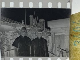 3404 年代老照片底片  老房子父与子
