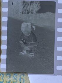 3386 年代老照片底片  翻阅满主席语录的小女孩