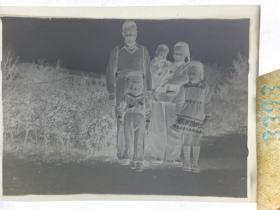 3398 年代老照片底片  一五十多年代 衣着奇怪的一家子人