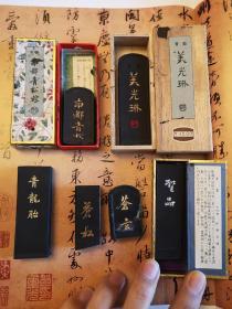 一组日本松烟青墨名品,都是个大品牌的作品级墨锭,不是中、低端墨。吴竹精升堂的南都青松烟墨:余17克,160元。墨运堂的青龙胎:22.7克,180元。墨运堂的苍松苍玄:余26克,180元。