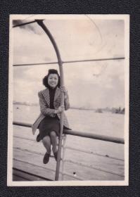 民国年代美女外滩风景老照片1张(尺寸约4.2*5.9厘米)1960