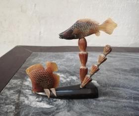 工艺精细的文革鱼纹牛角雕小摆件