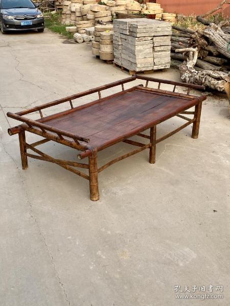 紫竹罗汉床一张,做工别致美观!品相包浆一流,会所茶室摆设……长222厘米,宽106厘米,高66厘米