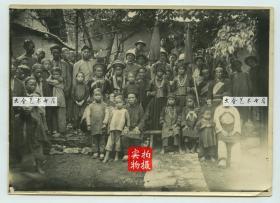 清末民初云南或中越边境少数民族村落村民与外国士兵合影老照片一张,17.8X12.8厘米