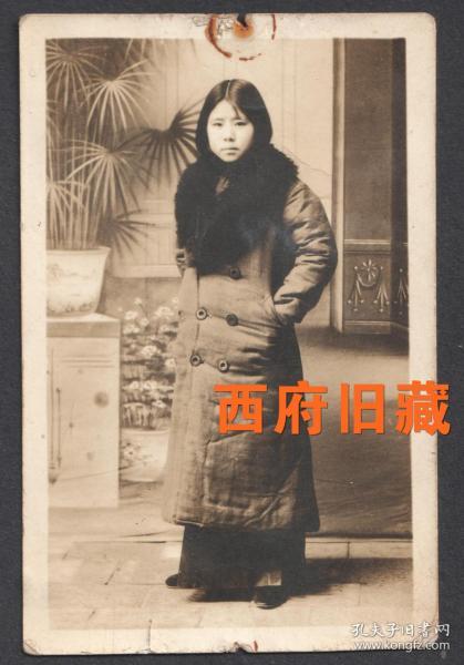 民国老照片,老照相馆穿着棉大衣的女孩儿