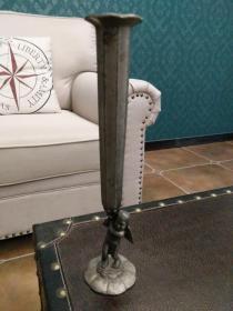 国外制作的老金属花瓶一件,爱神丘比特雕像,高22厘米,包快递发货。