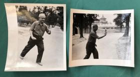 约80年代初 著名作家、记者、文学翻译家 萧乾 在公园里打太极拳生活照老照片二枚