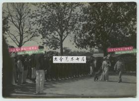 1905年9月17日天津,德国重要官员(驻华公使?)携夫人检阅八国联军中的华人士兵--威海卫华勇团老照片,注意看领队的华人长官。11.8X8.4厘米